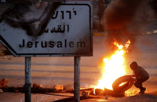 Un manifestante palestino monta una barricada en Ramala.