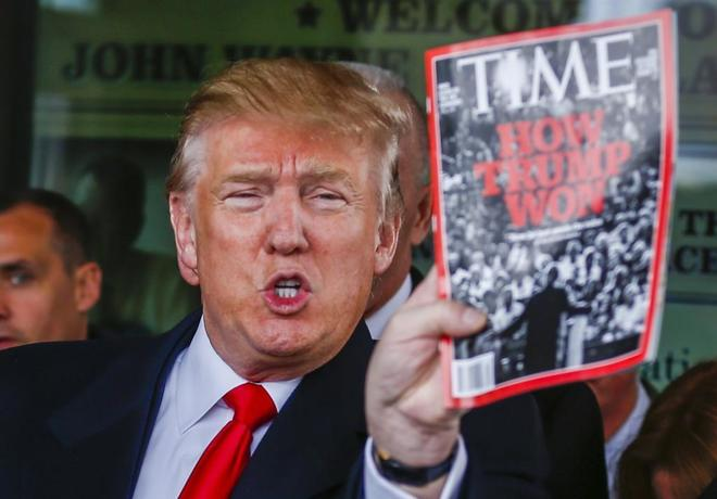 El presidente de EEUU, Donald Trump, con un ejemplar de la revista...