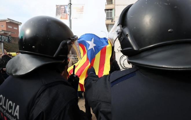 Un grupo de Mossos contiene a manifestantes en Lérida