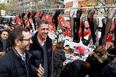Xavier García Albiol y Javier Maroto visitan el mercado de Los...