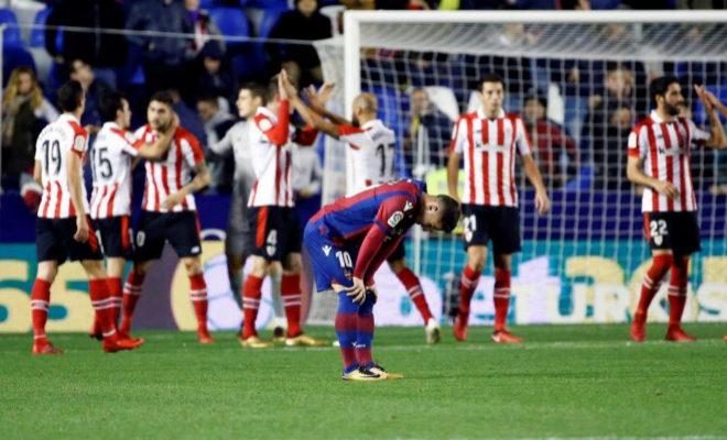 El centrocampista del Levante Bardhi tras la derrota de su equipo ante el Athleticen el estadio Ciutat de València.