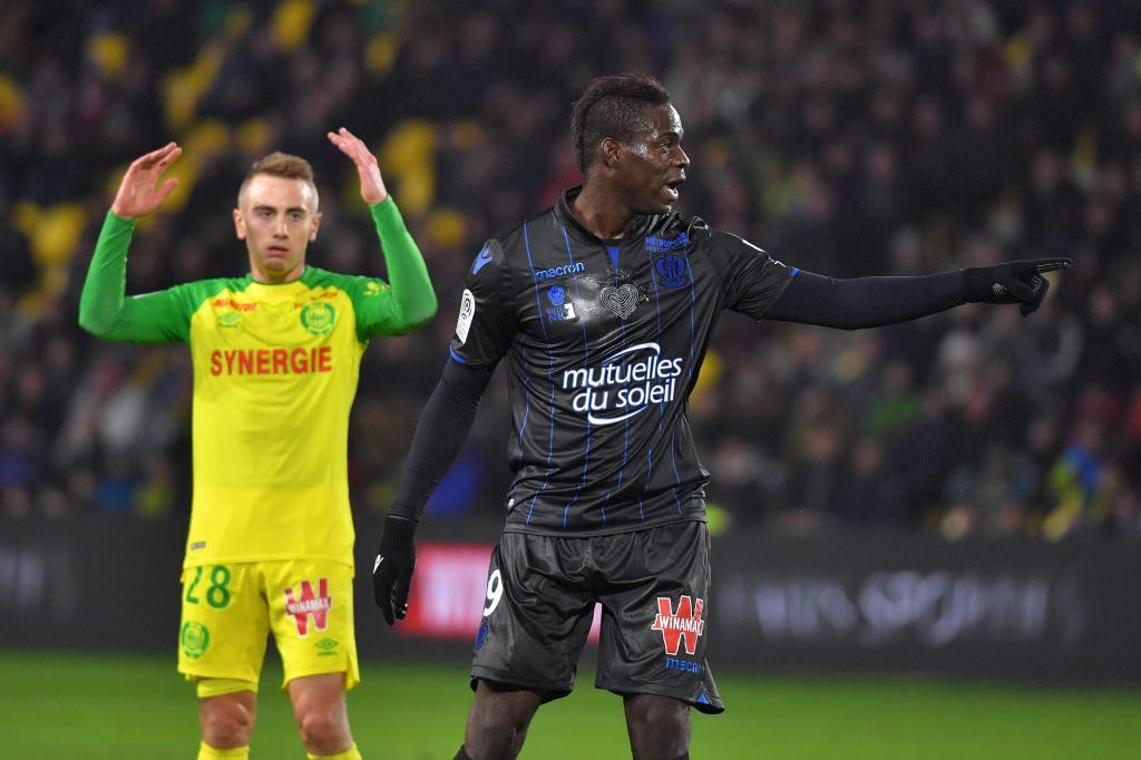 El golazo de Balotelli y su curiosa reacción ante un aficionado que saltó al césped para felicitarle