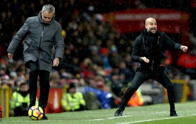 Mourinho y Guardiola, en la zona técnica de Old Trafford.