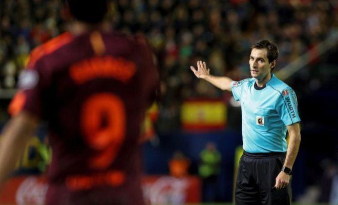 De Burgos Bengoetxea, ante Luis Suárez, en el Estadio de la Cerámica.