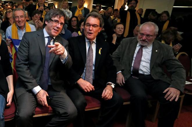 El president cesado. Carles Puigdemont, junto al ex president de la Generalitat, Artur Mas, antes de la manifestación de 45.000 independentistas en Bruselas