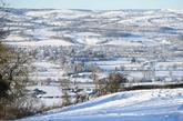 El campo en Ruthin, al noerte de Gales, en el Reino Unido, cubierto de...