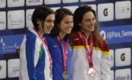 La española Ariadna Edo (d) (medalla de bronce) posa, junto a las otras ganadoras, en los premios de 400 metros libres en el Campeonato Mundial Paralímpico de Natación, en México.
