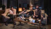 Un grupo de terroristas aguarda una llamada durante el mundial de...