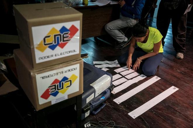 Miembros de mesa cierran y auditan un centro de votación durante las elecciones municipales en Caracas, Venezuela.