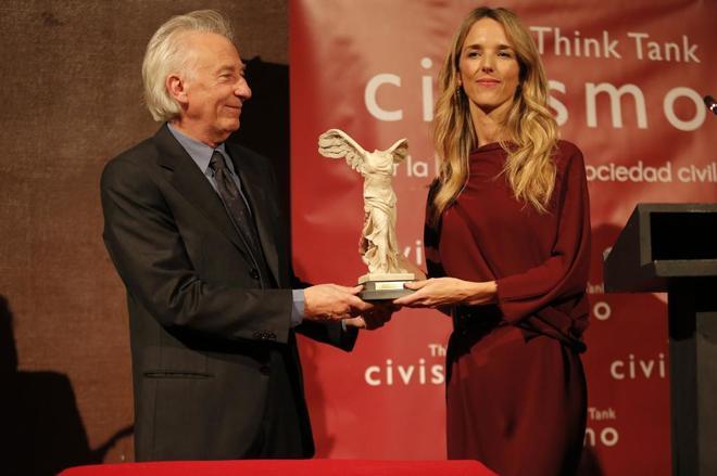 Cayetana Álvarez de Toledo recibe el galardón de manos de Albert...