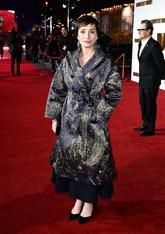 La actriz apostó por un abrigo cruzado con 'print' en tonos dorados y...