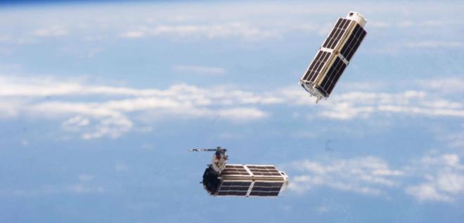 Satélites de Planet Labs orbitan alrededor de la Tierra.