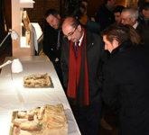 El presidente de Aragón, Javier Lambán (centro), durante su visita...