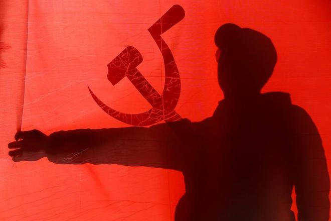Un seguidor del Partido Comunista de Nepal CPN-UML celebra su victoria en Katmandú.