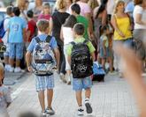 Dos niños, camino del colegio.