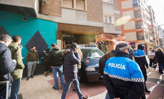 La Policía, junto a la vivienda de los tres jugadores de la Arandina, durante el registro.