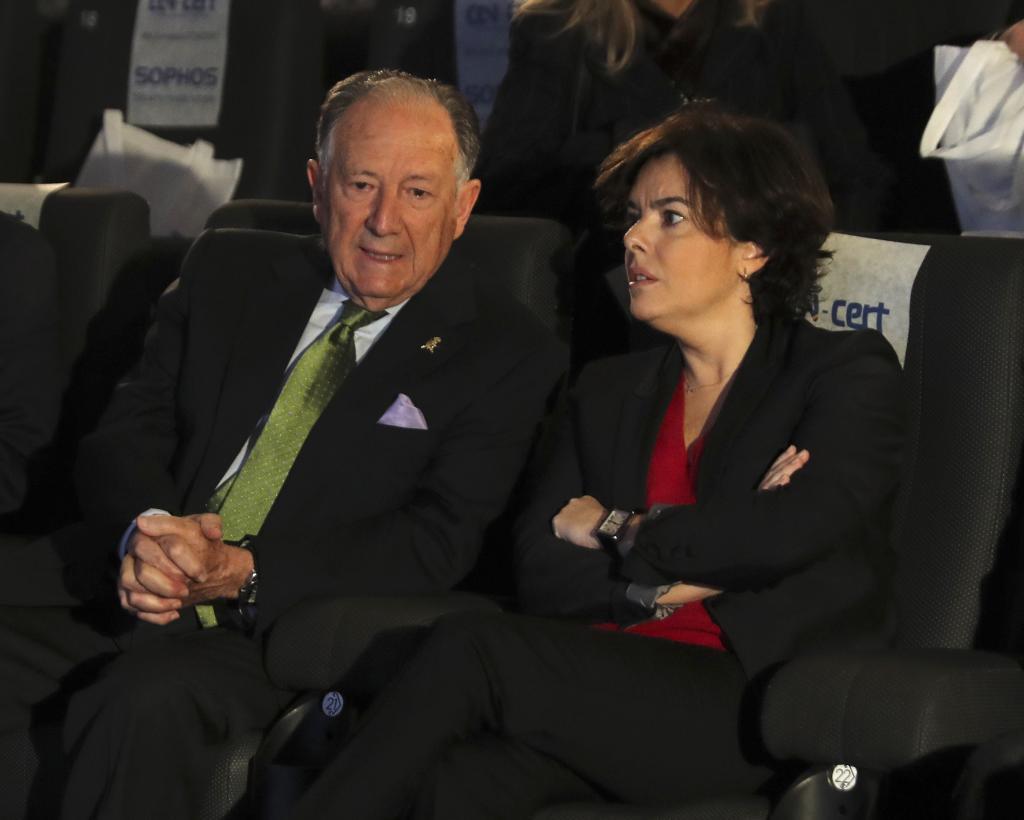 Soraya Sáenz de Santamaría, con Félix Sanz Roldán en las jornadas...