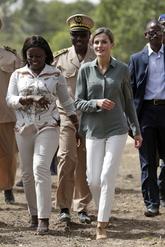 En su segundo día de la visita oficial en Dakar, Letizia ha elegido...