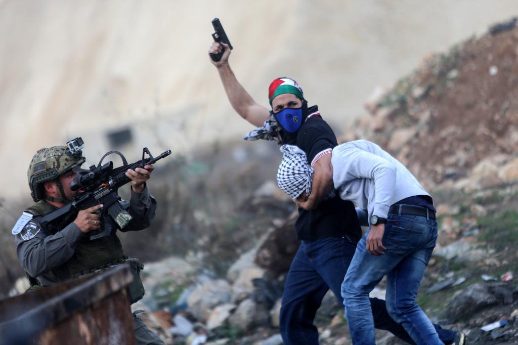 Un policía de incógnito arresta a un manifestante palestino en la ciudad de Ramala, Palestina.