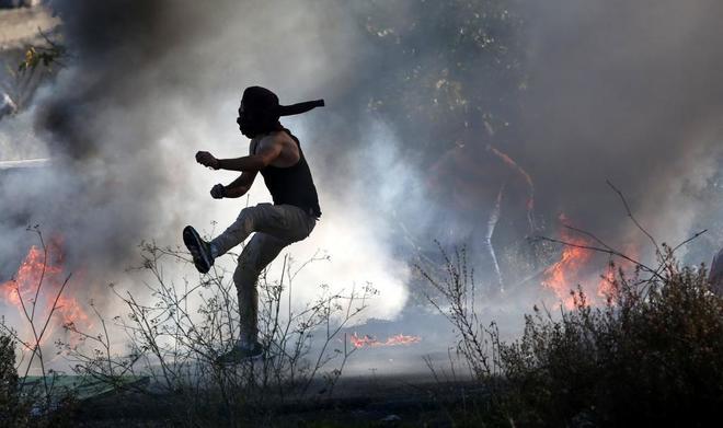Palestinos se enfrentan a soldados israelíes en Ramala, Palestina.