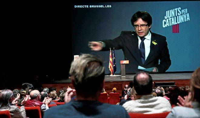 Carles Puigdemont interviene por videoconferencia desde Bruselas...