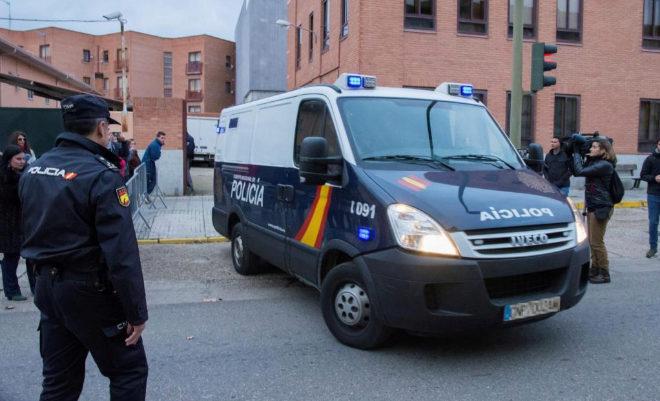 El furgón policial que traslada a los tres jugadores, a su salida de...