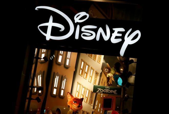 Logo de Disney en una tienda en los Campos Elíseos de París.