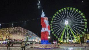 La pista de hielo custodiada por un Papá Noel gigante y una noria, en...