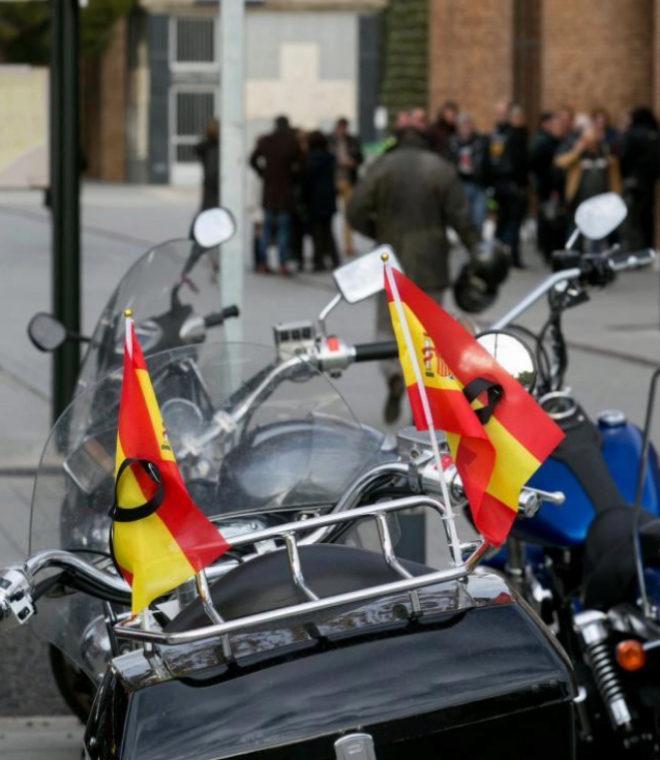 Detalle de una moto a las puertas del velatorio de Víctor Laínez, en...