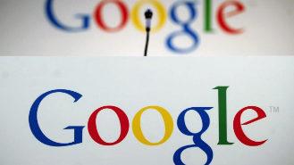 Un micrófono ante el logotipo de Google en la sede de la compañía...