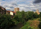 El río Arlanza rodea la villa medieval de Covarrubias.