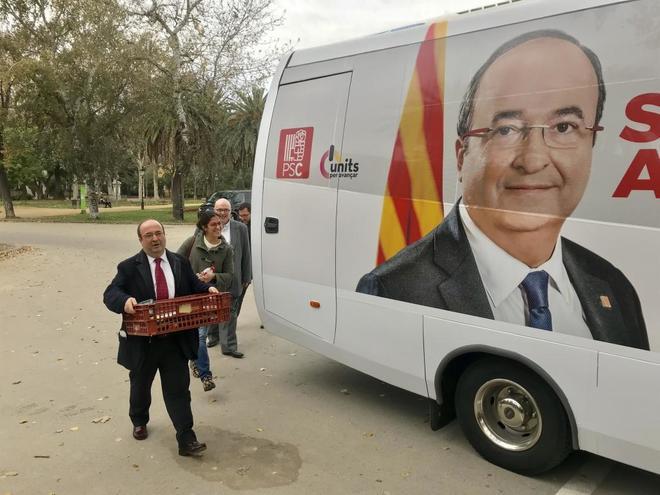 Miquel Iceta, candidato del PSC, llegando al autobús de campaña.