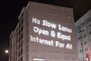 """Cartel de una protesta contra la FCC: """"No a los carriles lentos. Internet abierto e igual para todos""""."""