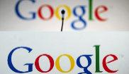 Un micrófono ante nike air max logotipo de Google en la sede de la compañía...