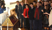 Autoridades aragonesas observan en el Monasterio de Sijena una de las...