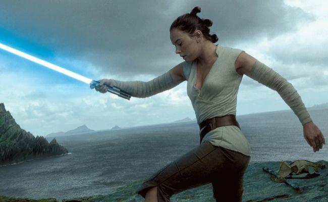 Rey (Daisy Ridley) es entrenada por Luke Skywalker (Mark Hamill) para...