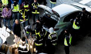 Momento en que la Policía Nacional intercepta el material que los...