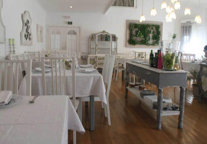 El comedor de La Martina esta lleno de tonos blancos y mobiliario de...