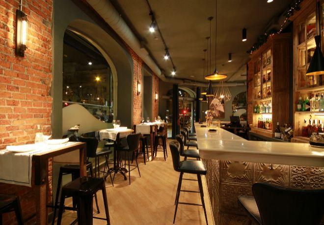 El diseño de Haches se basa en paredes de ladrillo visto acompañados...