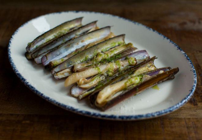 Uno de los platos destacados son las navajas, del día, a la plancha.