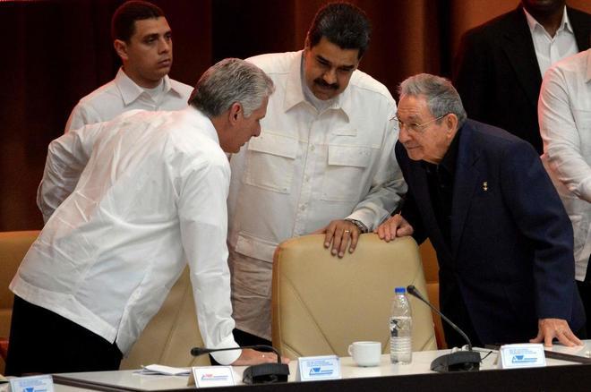 Nicolas Maduro (centro), con Raúl Castro (dcha.) y Miguel Diaz Canel (izda.), en La Habana.