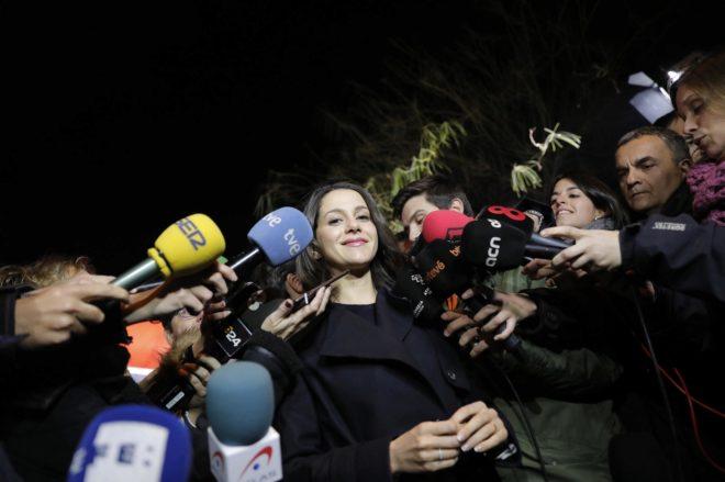 Inés Arrimadas rodeada de micrófonos en un acto de campaña.