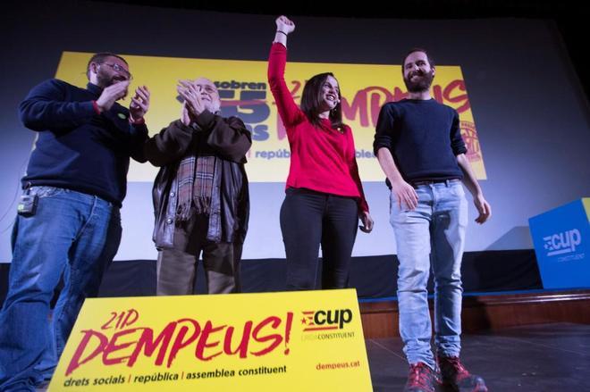 El 'número cinco' de la lista de la CUP por Barcelona, Jordi Salvia; el economista y promotor de Procés Constituent, Arcadi Oliveres, la número dos por Barcelona, Maria Sirvent; y Marc Medina durante un mitin en Terrassa