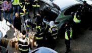 Momento en que la Policía intercepta el material que los mossos...