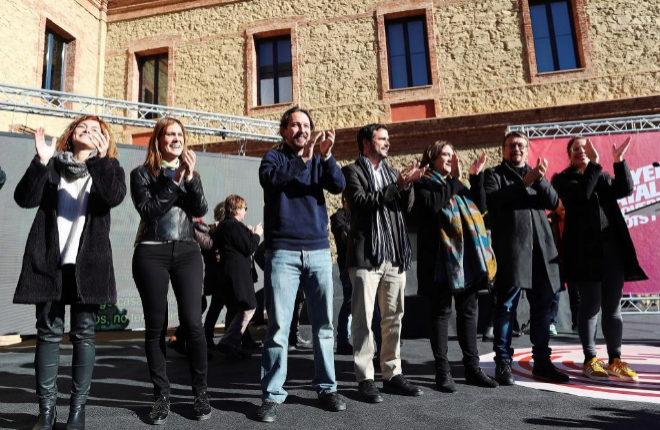 El cabeza de lista de Catalunya En Comú-Podem, Xavier Domènech, junto a Pablo Iglesias y la alcaldesa de Barcelona, Ada Colau, en el acto electoral celebrado esta mañana