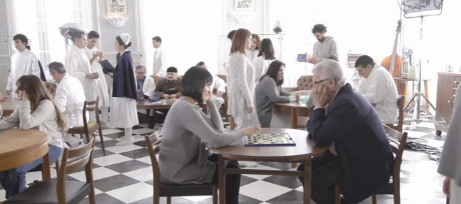Irene Villa y Baltasar Garzón juegan a las damas en uno de los salones.