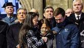 La viuda del guardia civil Víctor Romero (con bufanda), consolada por...