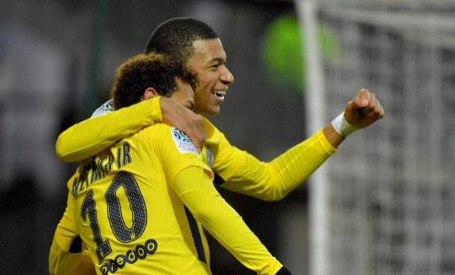 Neymar y Mbappé celebran uno de los tantos en Rennes.
