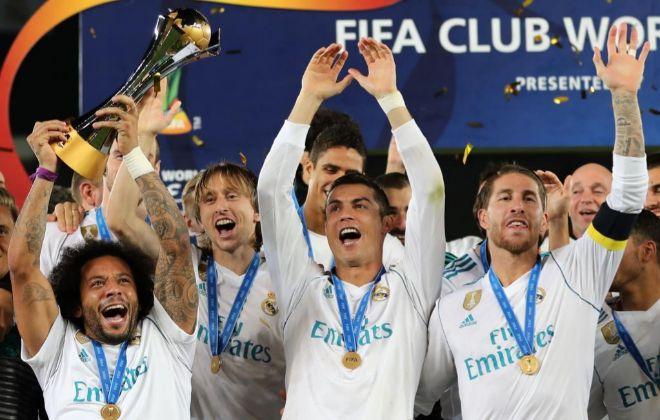 Marcelo, Modric, Cristiano y Ramos, con el trofeo del Mundial de Clubes en Abu Dabi.