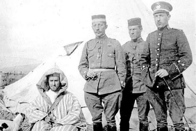El espía español Clemente Cerdeira (agachado) junto a otros militares en el Rif en tiempos de la II República.